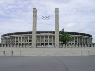 Berlin_Olympiastadion_main_entrance_2